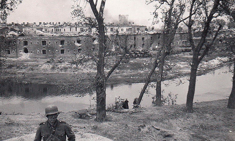 Немецкие солдаты на берегу реки Буг у разрушенной Брестской крепости. Фото: fotokresy.pl