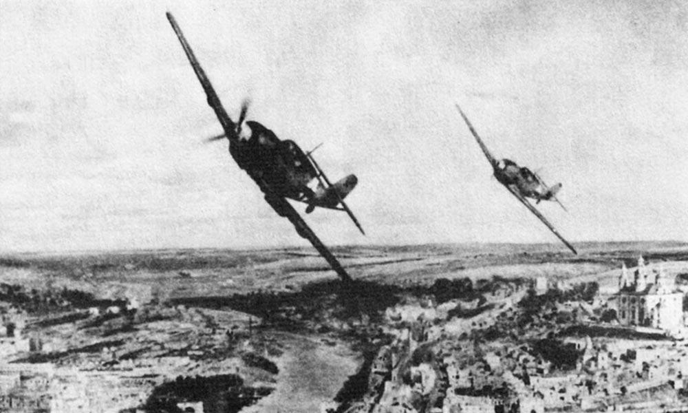 Пара немецких истребителей BF.109E в полете над Смоленском (1941 год). Фото: waralbum.ru