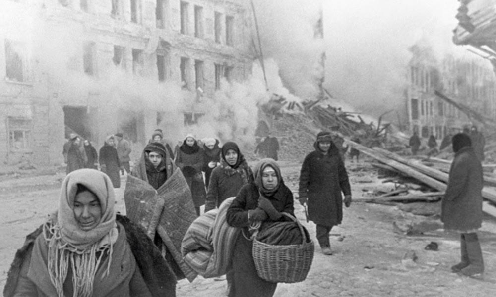 Жители блокадного Ленинграда покидают свои дома после немецкой бомбардировки (10 декабря 1942 года). Фото: Борис Кудояров / РИА Новости