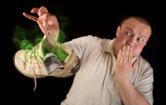 Как убрать неприятный запах из обуви?